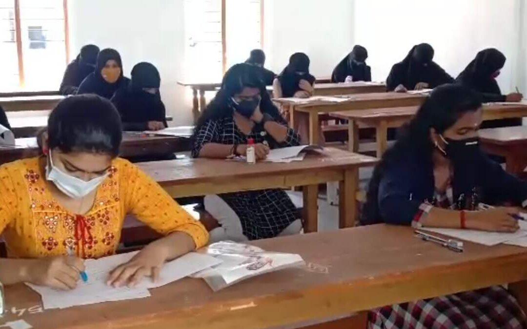 സംസ്ഥാനത്ത് പ്ലസ് വൺ പരീക്ഷകൾ ആരംഭിച്ചു: കർശന സുരക്ഷ